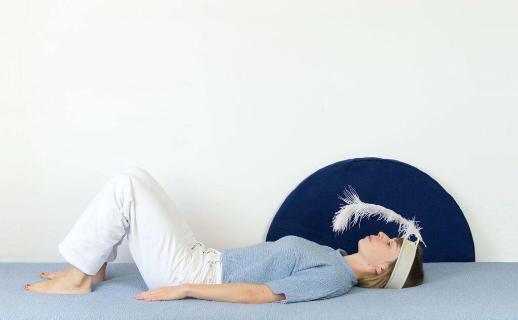 Un femme allongée utilisant Plume pour se détendre, se recentrer, gérer son stress, calmer ses angoisses