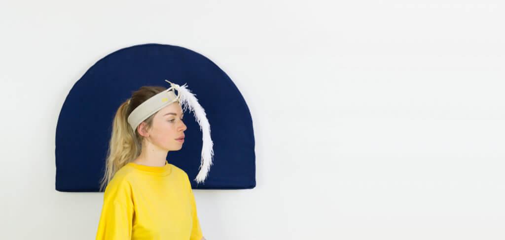 Femme utilisant le bandeau Plume pour se recentrer, se concentrer