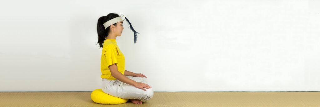 Femme utilisant le bandeau Plume pour se relaxer, pour son bien-être